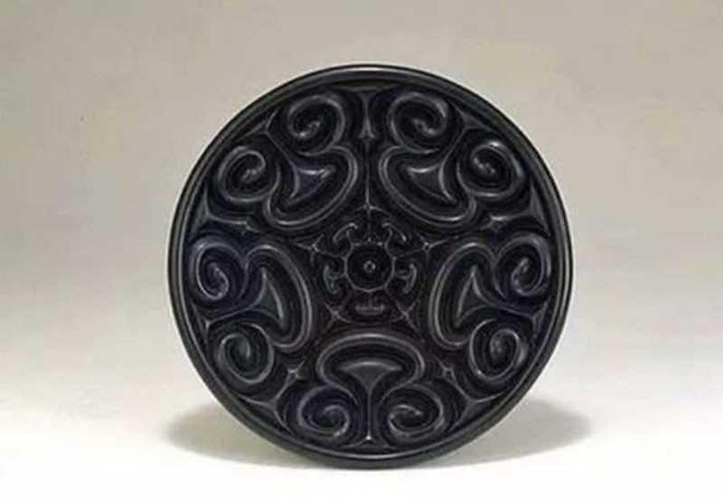 Резная лакированная тарелка Чжан Ченг (张成造款雕漆云纹盘)
