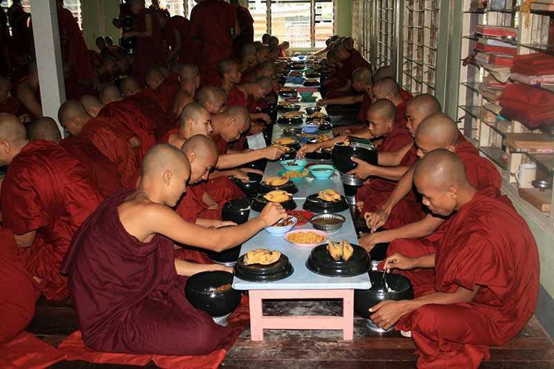 Монахи за обедом