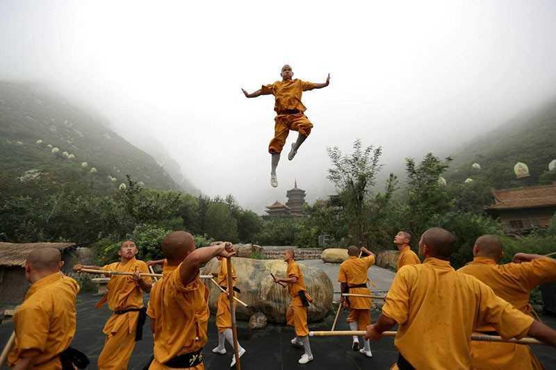 Тибетский монах левитирует
