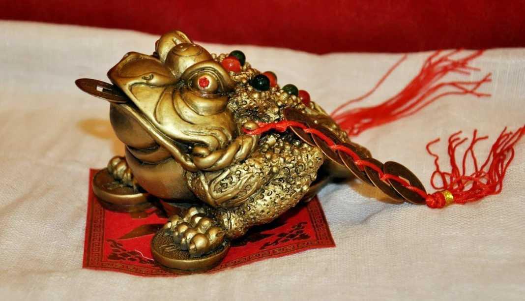 Китайская лягушка с монетой