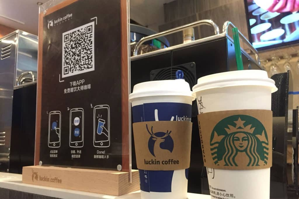 Стаканчики Luckin Coffee и Starbucks в Китае